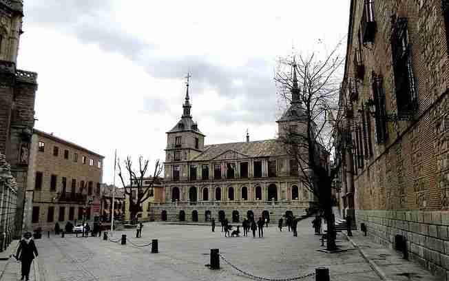 Mañana comienza el luto por las víctimas de la COVID-19 en Toledo, con la colocación de banderas a media asta en la plaza del Ayuntamiento 1