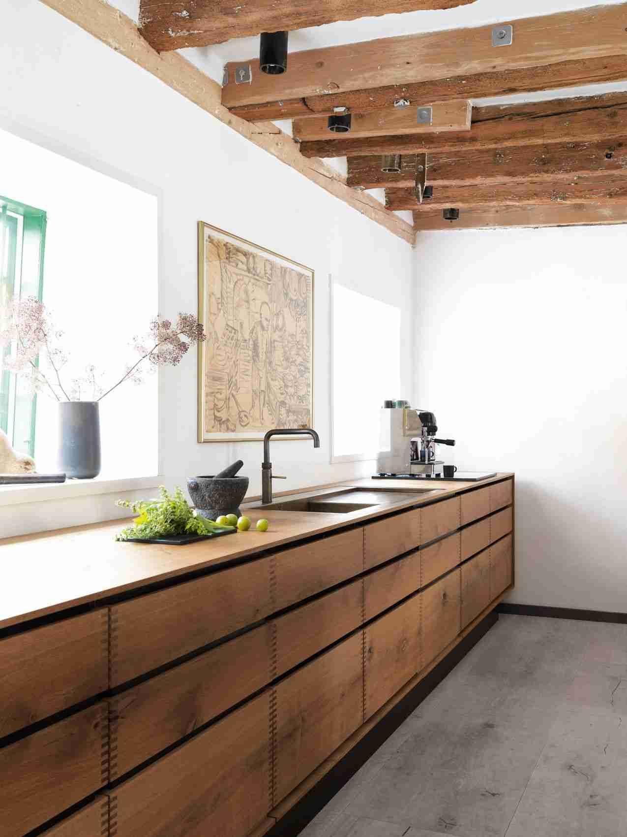 Cómo organizar una cocina sin muebles altos 30