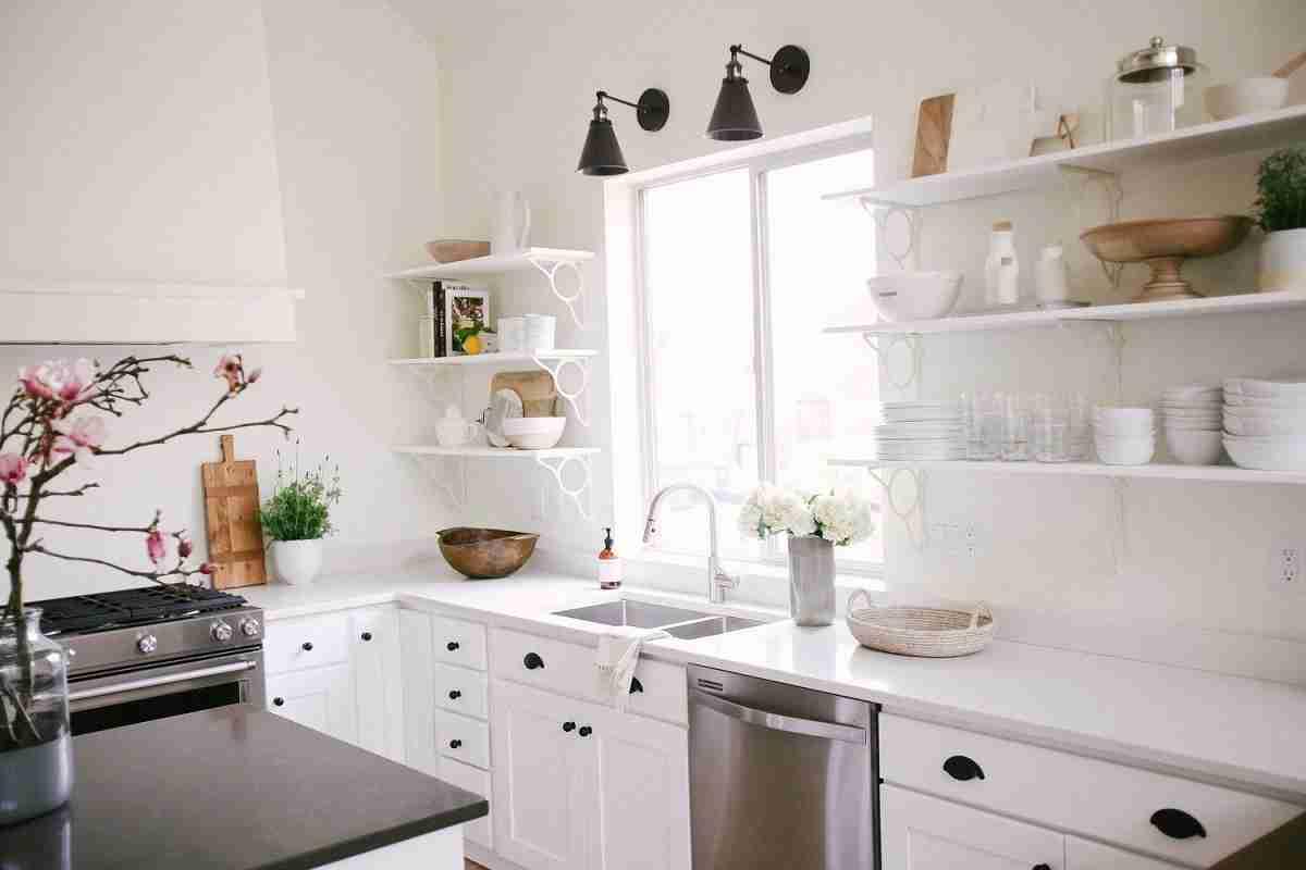 Cómo organizar una cocina sin muebles altos 32