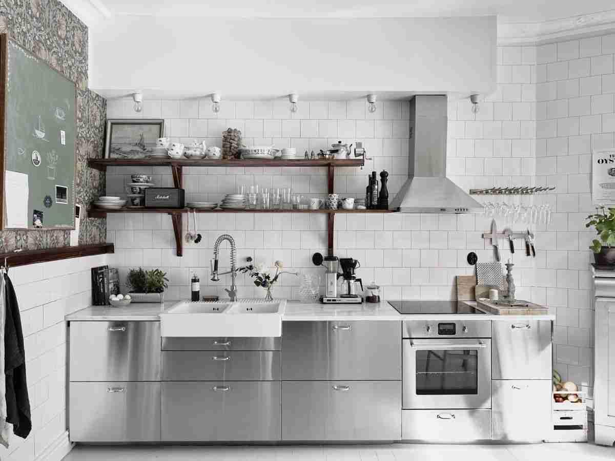 Cómo organizar una cocina sin muebles altos 34