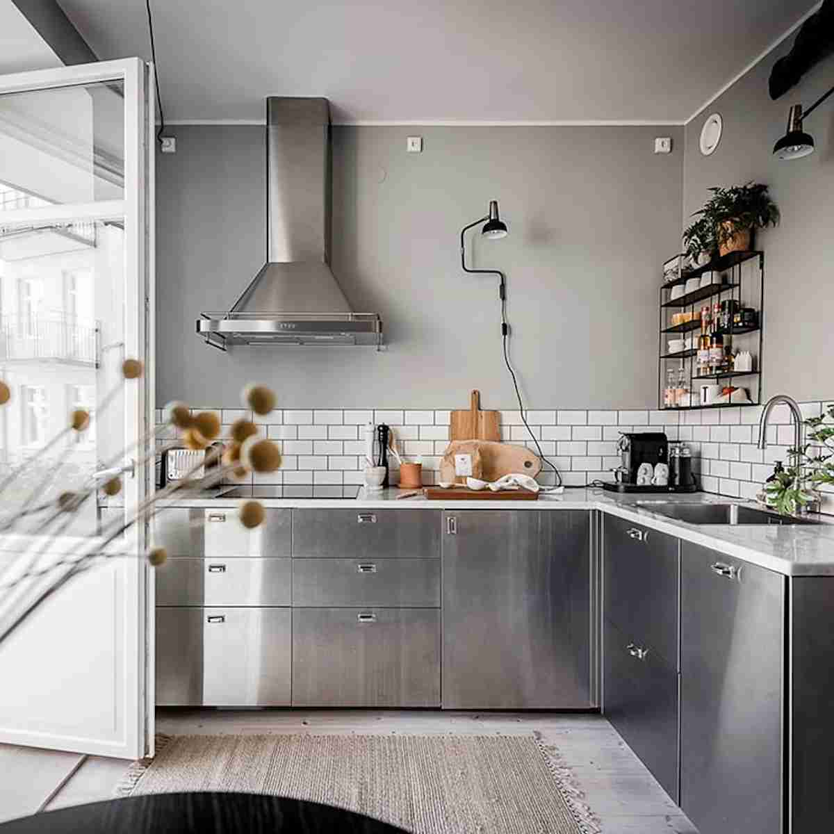 Cómo organizar una cocina sin muebles altos 35