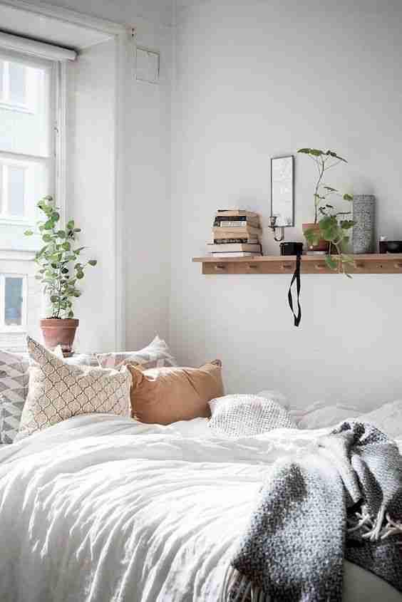 camas deshechas con percha
