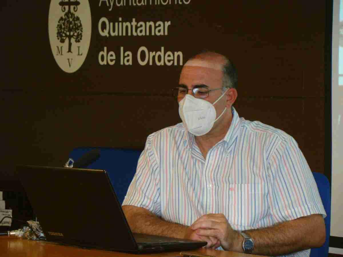 Zacarías López-Barrajón ofrece una completa conferencia sobre indumentaria en la Semana Santa Quintanareña 2