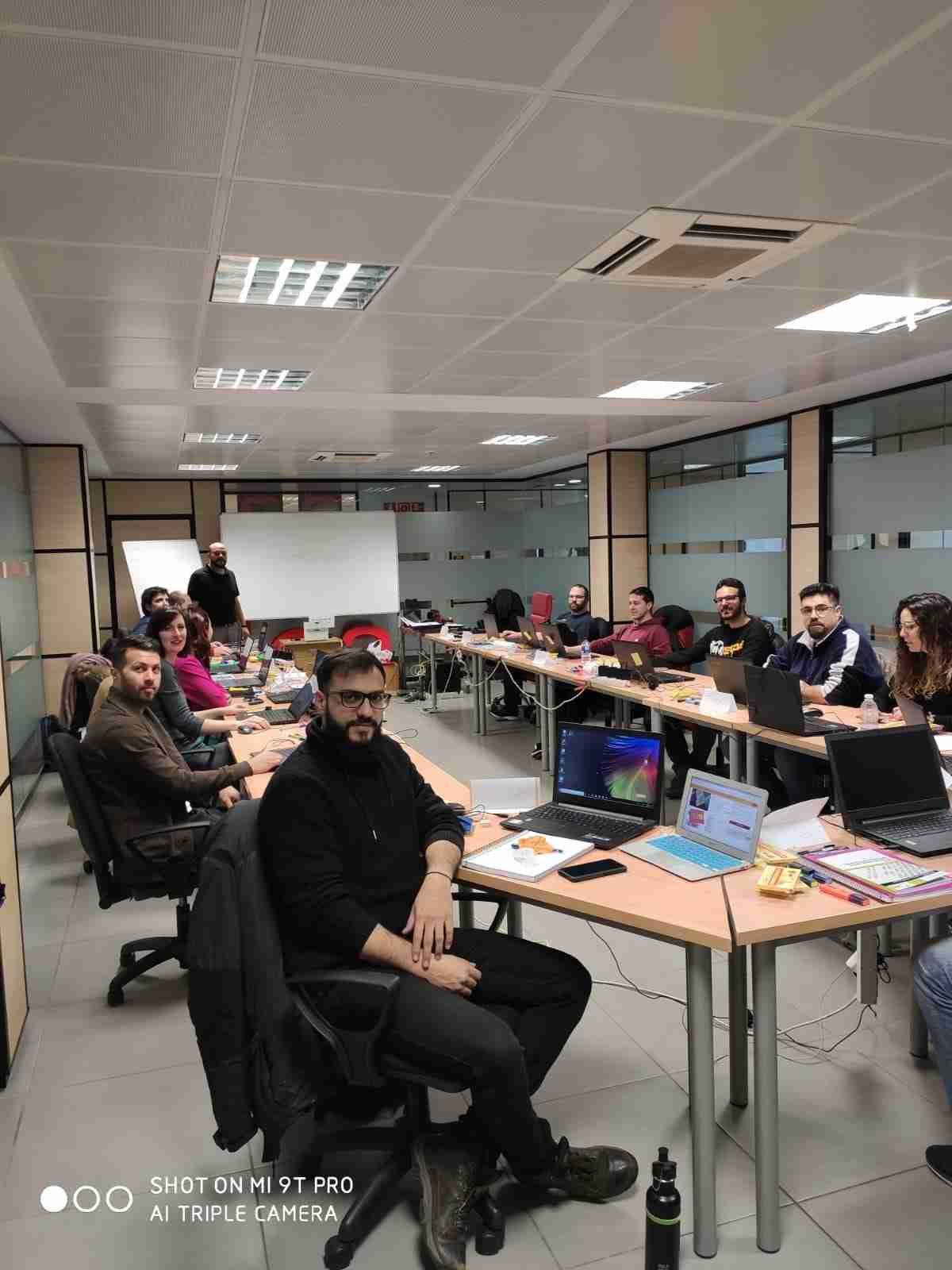 AJE en busca de empresas para que los alumnos del certificado en Aplicaciones con  Tecnología Web lleve adelante sus prácticas 1