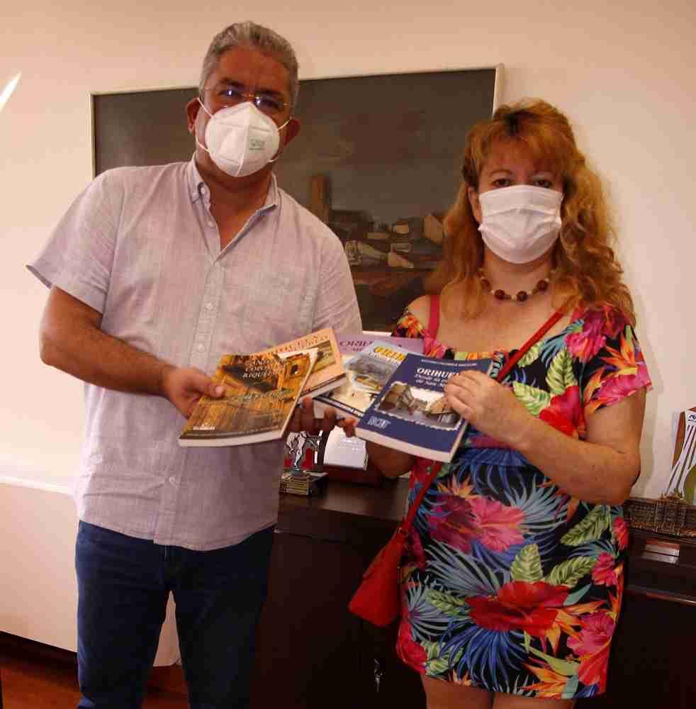 El escritor alicantino Antonio Guzmán dona cinco  de sus obras a la Biblioteca quintanareña 3