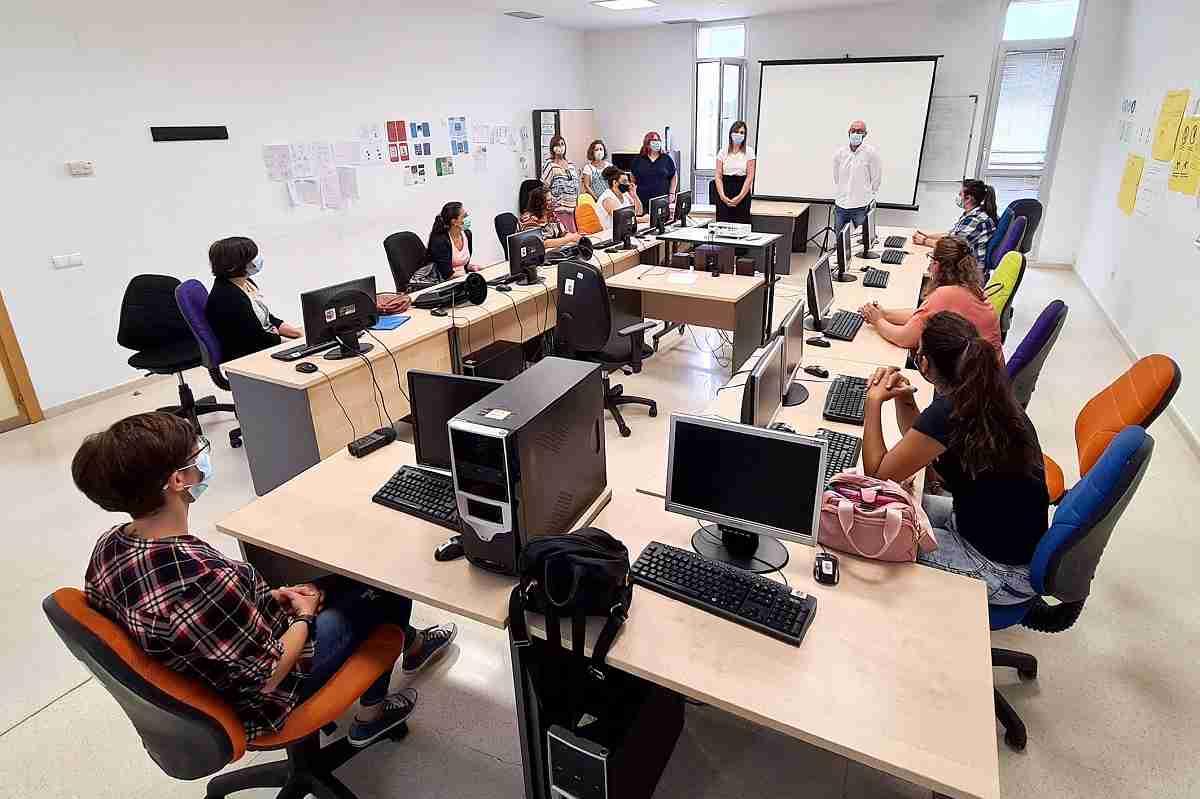 Ocho alumnas-trabajadoras inician la formación en Atención Sociosanitaria a Personas Dependientes 3