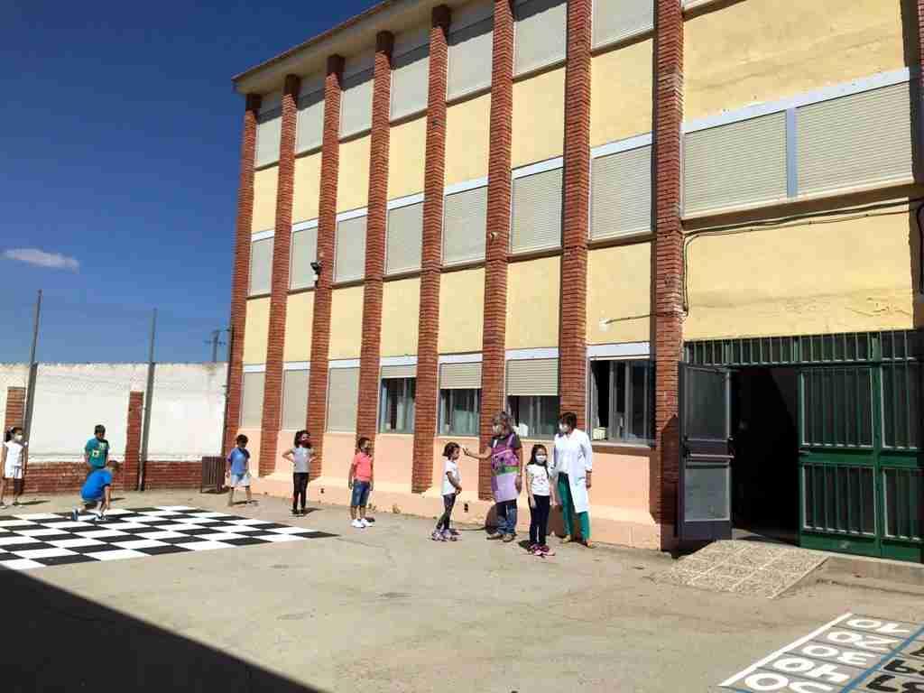 El curso escolar comenzó con normalidad en Carrizosa, con puertas violetas y medidas especiales de limpieza 6