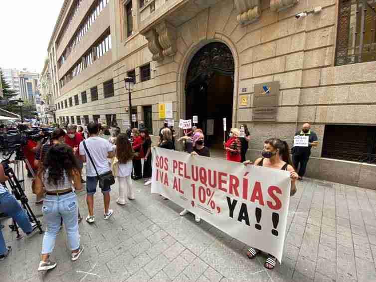 Las peluquerías de Albacete reclaman una reducción del IVA por el riesgo de cierre del 42% de los salones provinciales 1