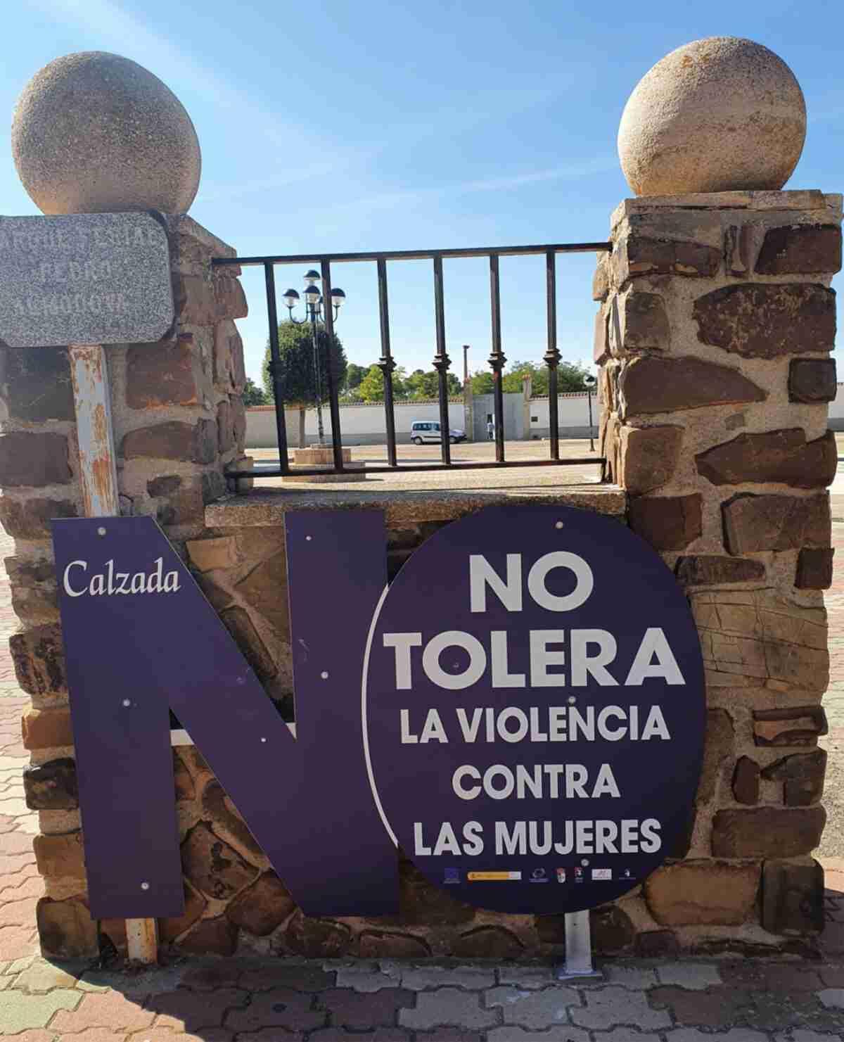 """Colocan """"señales de tráfico"""" contra violencia de género en Calzada de Calatrava 3"""