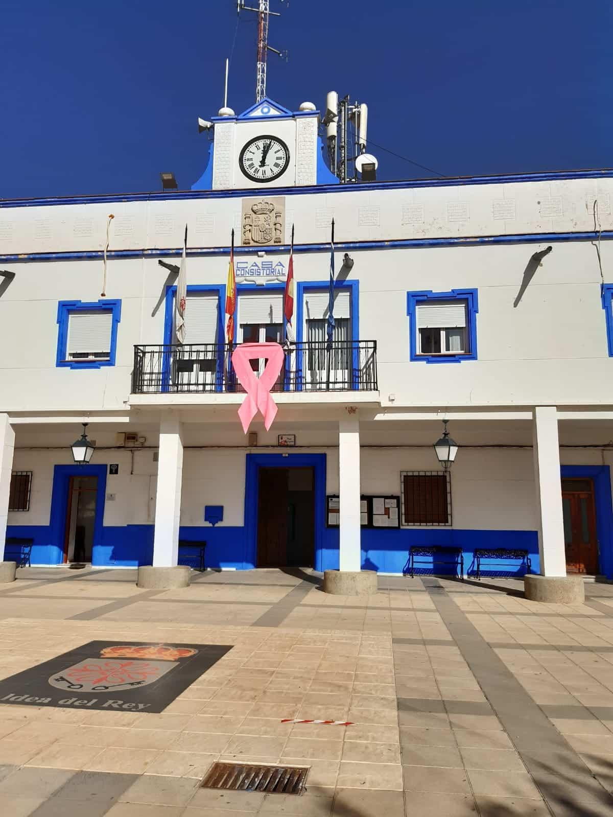 Un gran lazo rosa en la fachada del Ayuntamiento de Aldea del Rey por la lucha contra el cáncer de mama 1