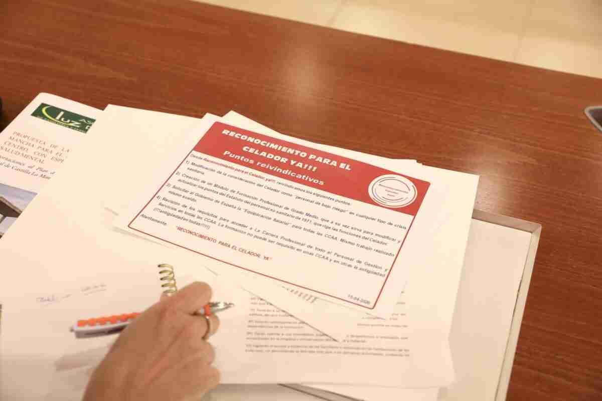 Ciudadanos escucha a celadores para igualar derechos y condiciones con otros trabajadores del sector sanitario 1