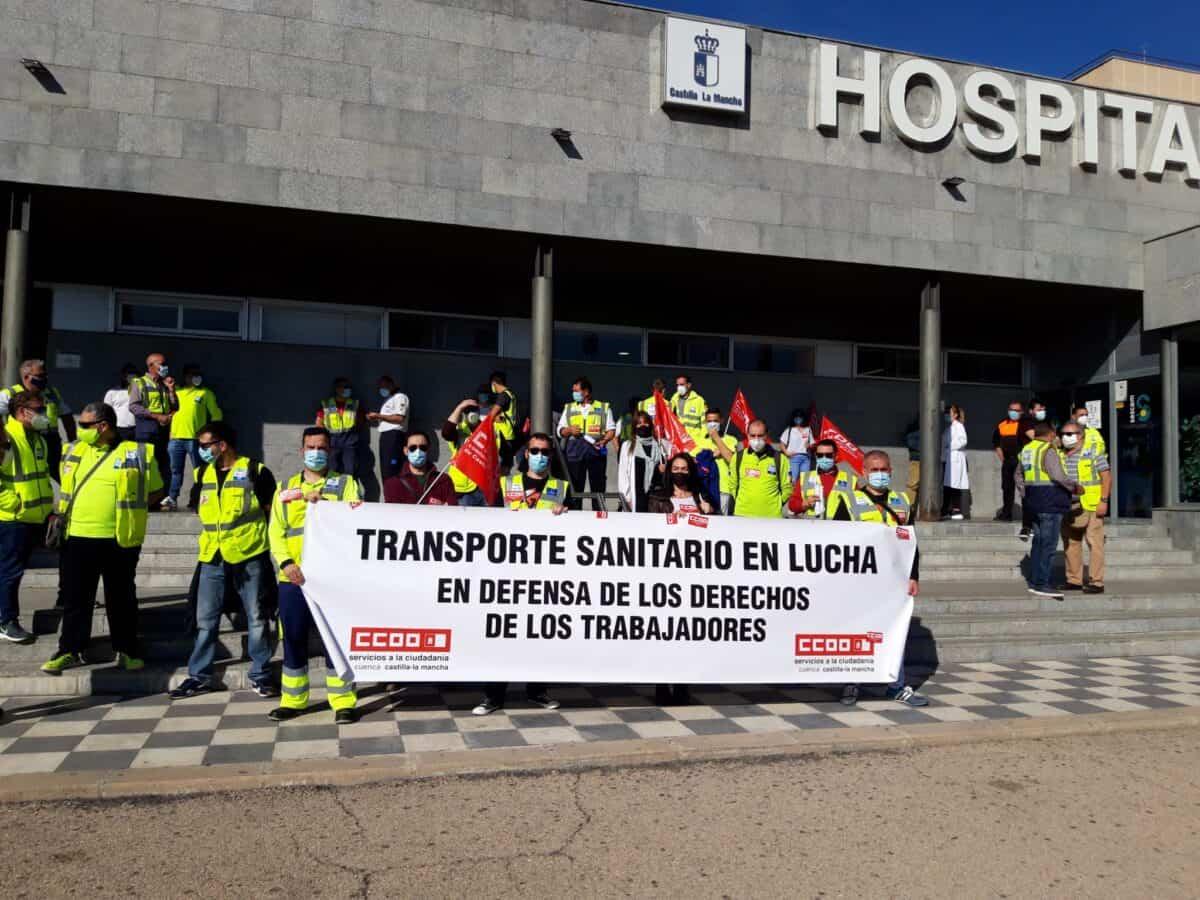 Los huelguistas se concentraron frente al hospital Virgen de la Luz de Cuenca por el cumplimiento del convenio de Transporte Sanitario 1