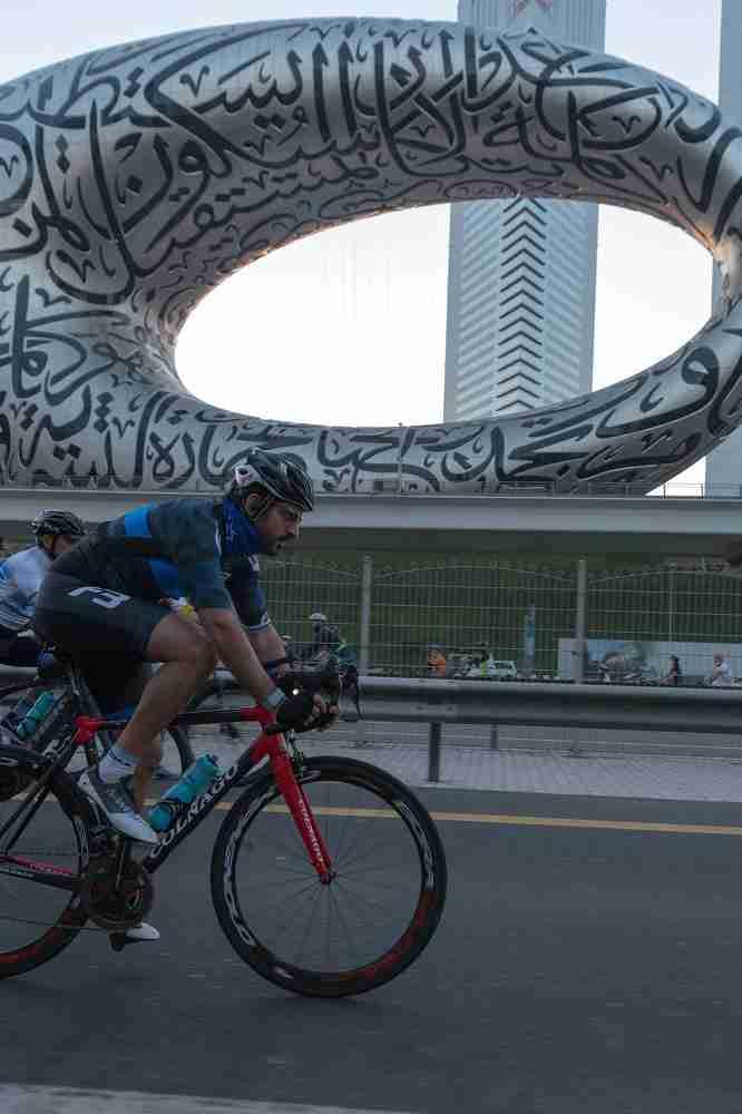 Más de 20.000 ciclistas hacen historia en la carretera más larga de Emiratos Árabes 5