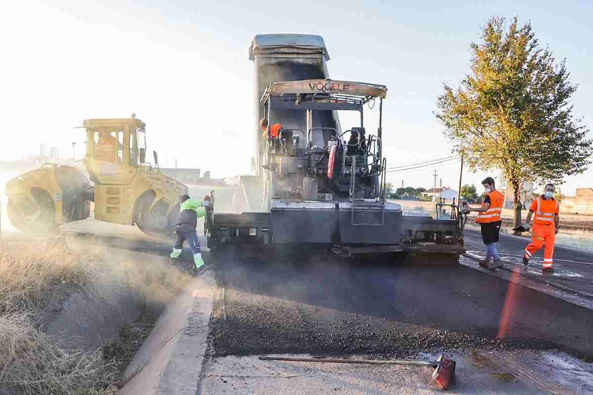 Trabajos de aslfaltado de la carretera tramo municipal almodovar