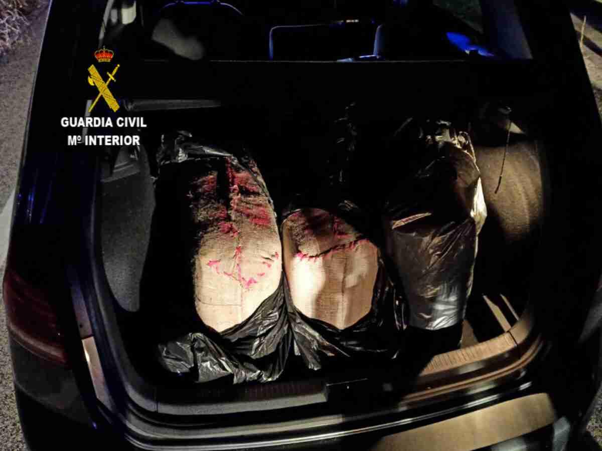 Guardia Civil incautó más de 101 kilos de hachís en la autovía A-43 1