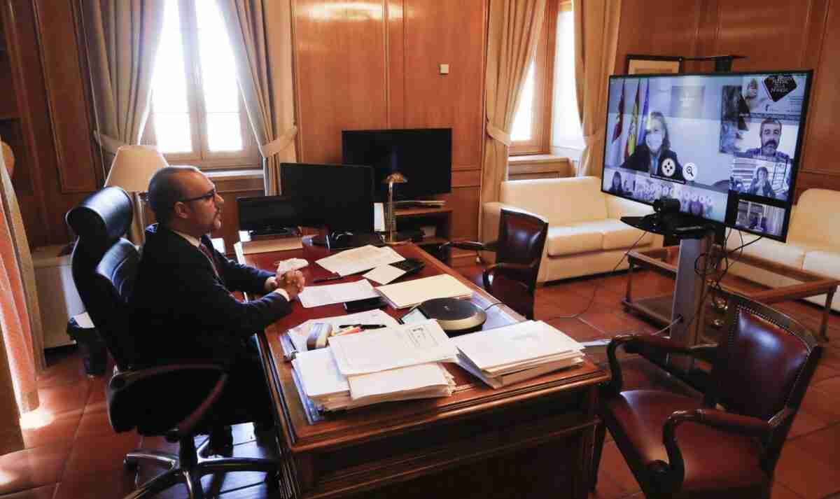El presidente del Parlamento autonómico reclamó en el Día Universal de la Infancia la firma del Pacto Estatal 1
