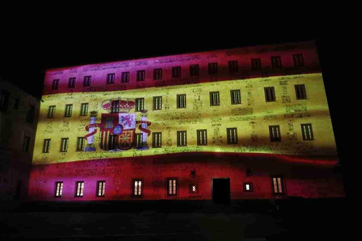 La bandera de España se proyecta durante las noches del puente de la Constitución en la fachada de las Cortes regionales 3