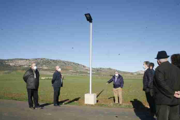farolas led alimentadas con energia solar en aldea del rey
