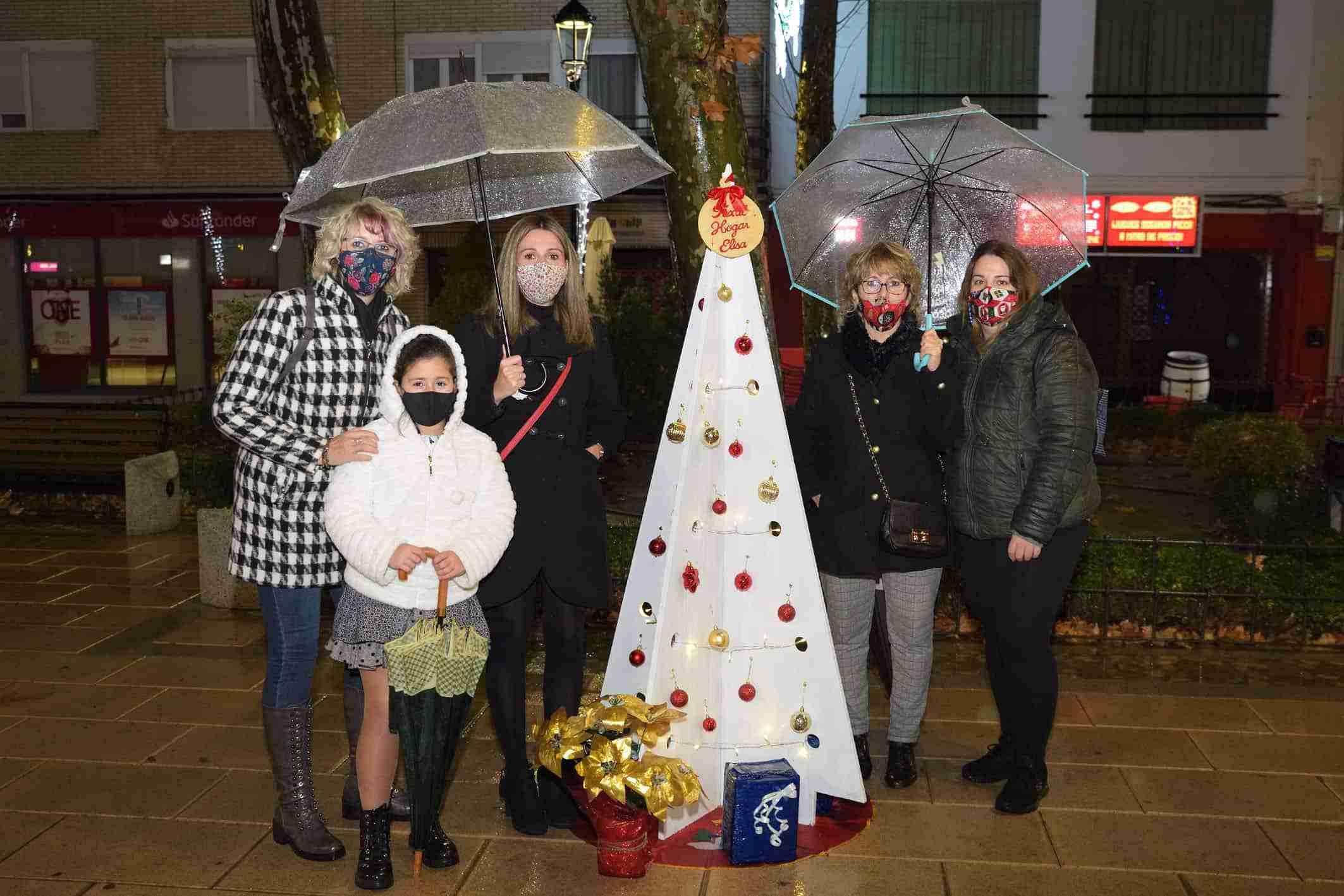 Cerca de una veintena de árboles navideños decoran la Glorieta de Argamasilla de Alba 6