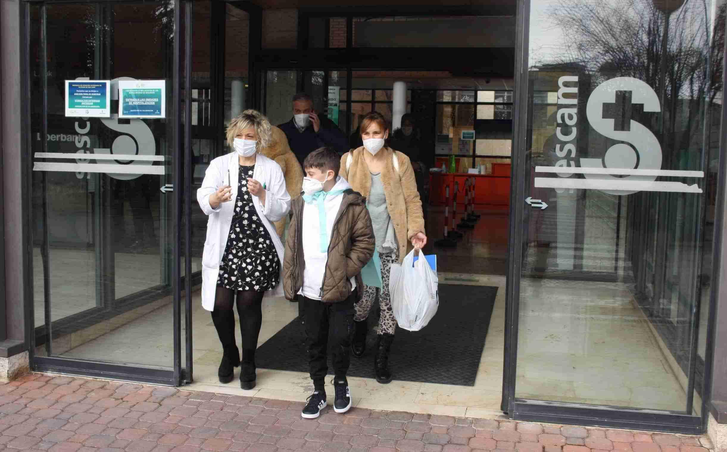 Mateo, el niño que estuvo 11 días en la UCI del Hospital Mancha Centro, recibe el alta médica y vuelve a casa con su familia 4