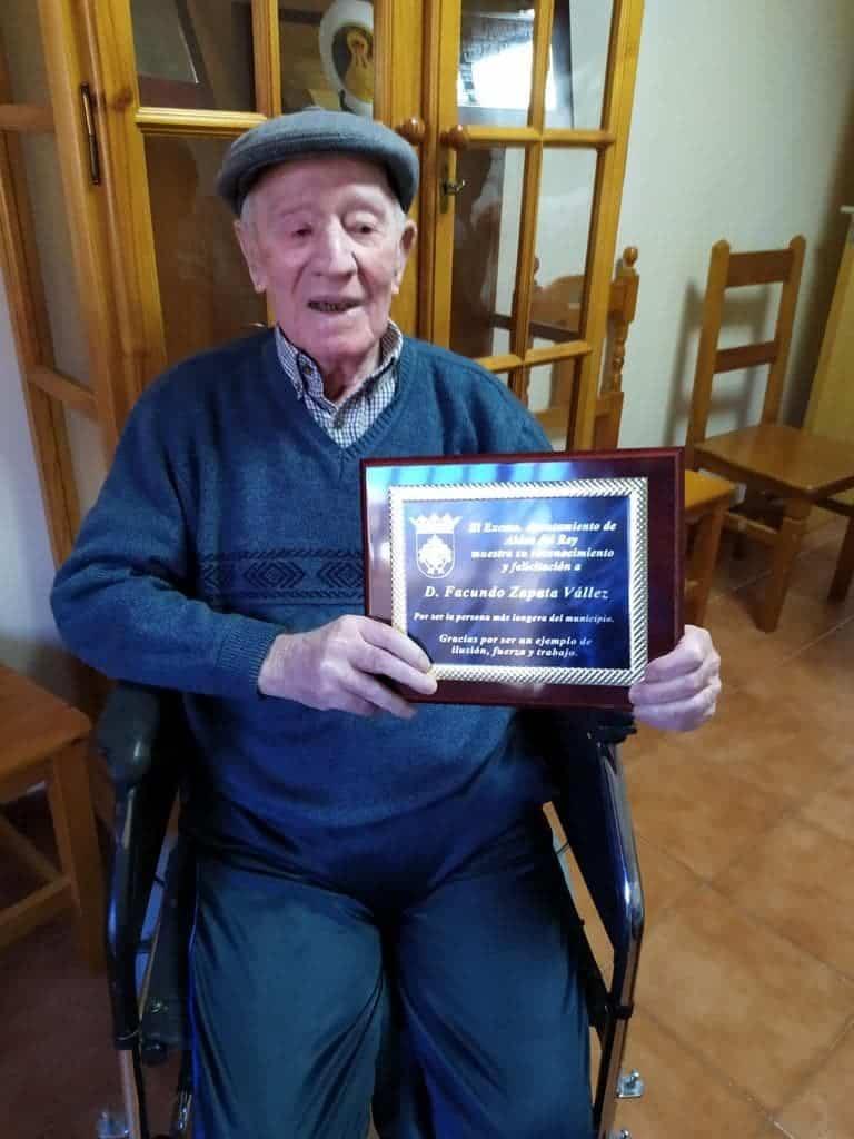Facundo Zapata Vállez recibe el homenaje a la persona más longeva de Aldea del Rey con 98 años 3