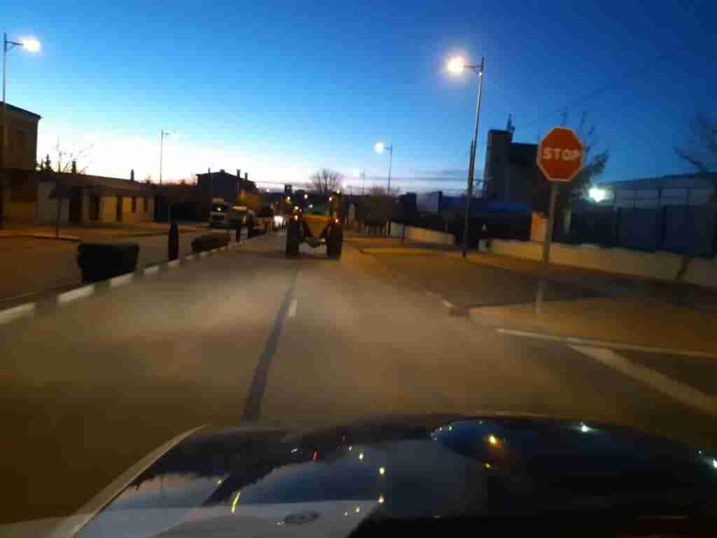 Para afrontar las heladas, el Ayuntamiento de Quintanar esparce sal por toda la localidad 1