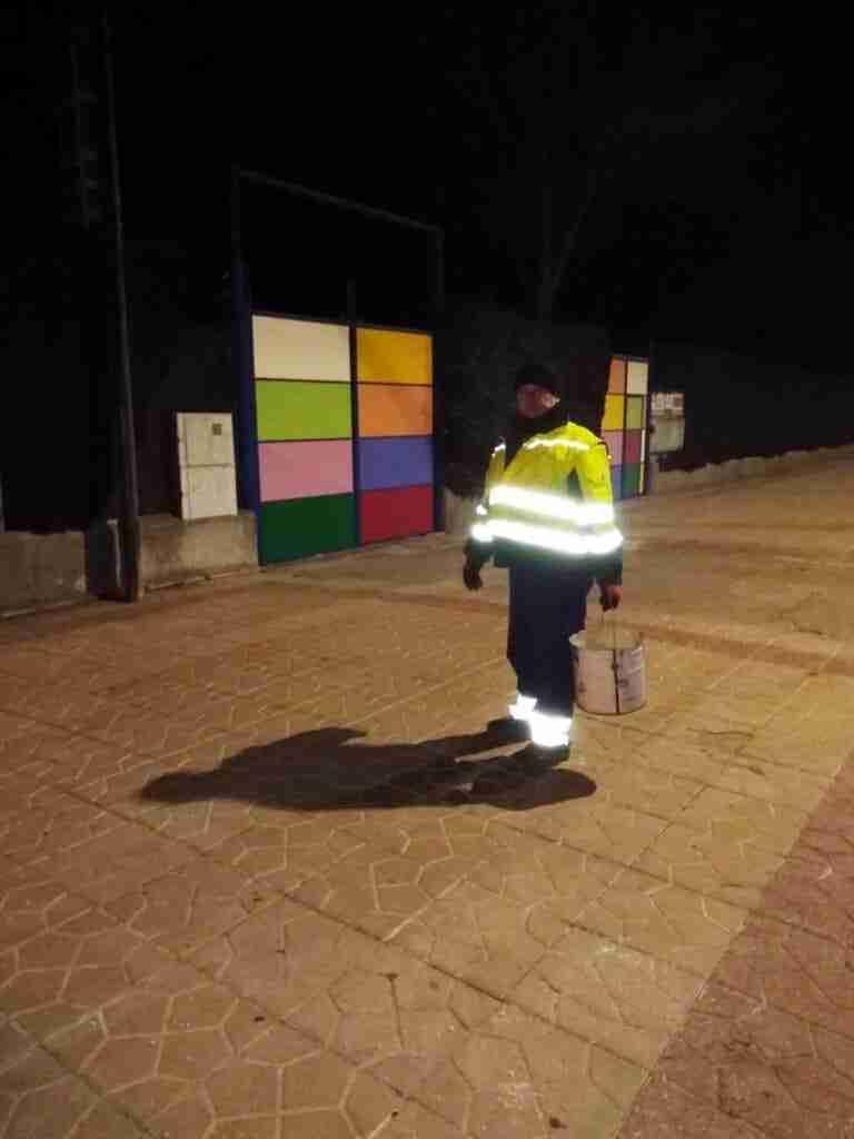 Para afrontar las heladas, el Ayuntamiento de Quintanar esparce sal por toda la localidad 3