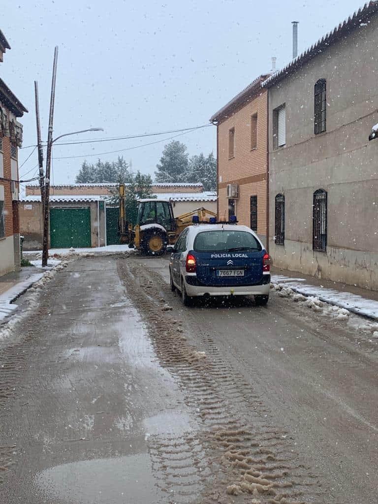El Ayuntamiento de Aldea del Rey trabaja en la limpieza de calles y pide a los vecinos que se queden en casa por la nevada y para minimizar contagios 1