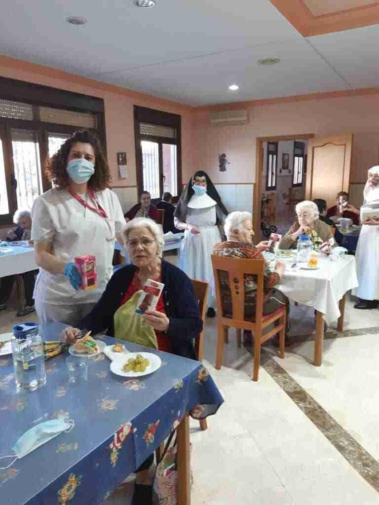 Ancianos de las Residencias de Quintanar recibieron regalos donados por empresas locales 1