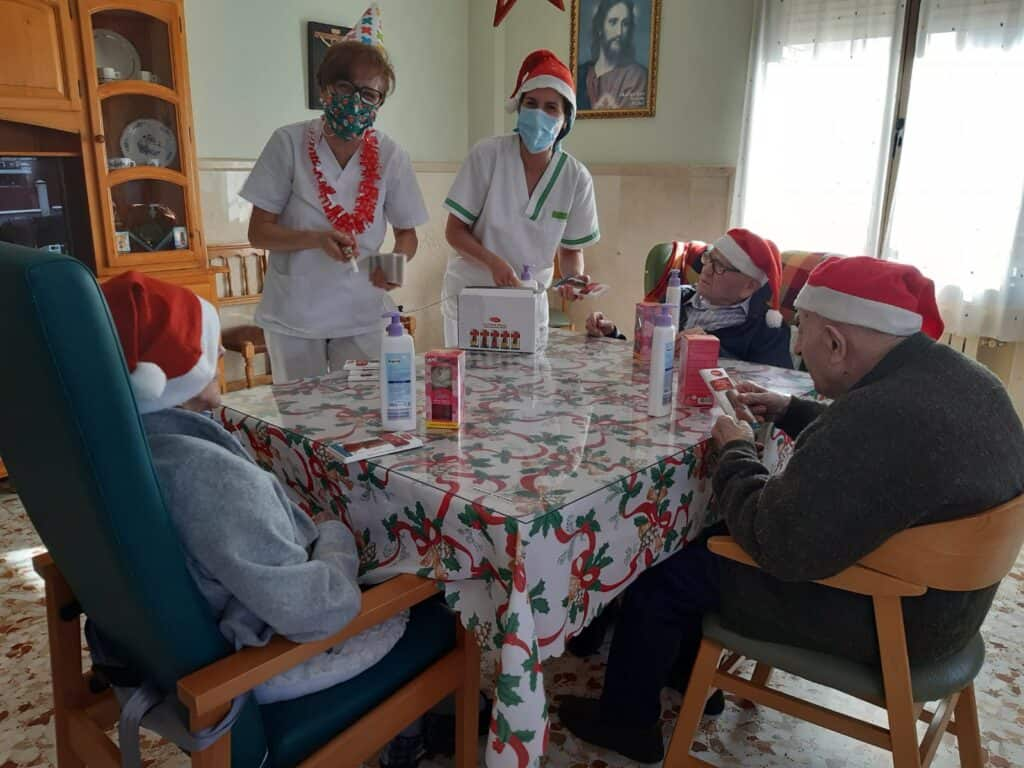 Ancianos de las Residencias de Quintanar recibieron regalos donados por empresas locales 5