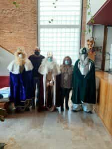 Ilusión de los niños torralbeños en las puertas y ventanas para la recepción a los Reyes Magos 1