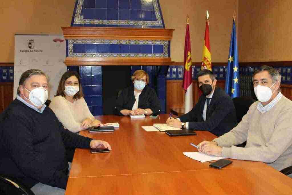 El Gobierno regional analiza junto al alcalde de Campo de Criptana el avance del proyecto de auditorio para la localidad 1