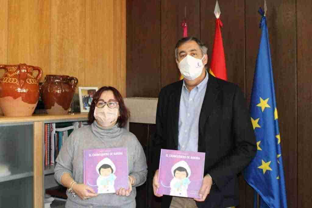"""colegioEl Gobierno regional distribuye 614 ejemplares del libro """"El chubasquero de Aurora"""" en colegios y bibliotecas de Ciudad Real 1"""