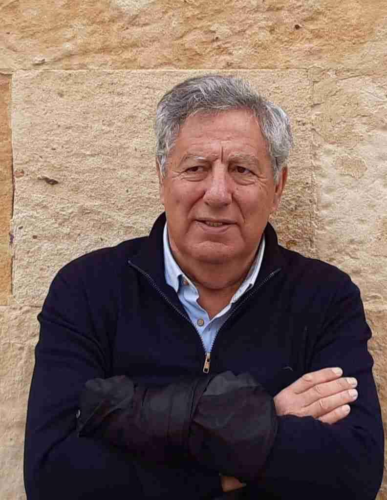 Francisco Caro y un viaje por paisajes y tiempos con su nuevo poemario 'Aquí' 1