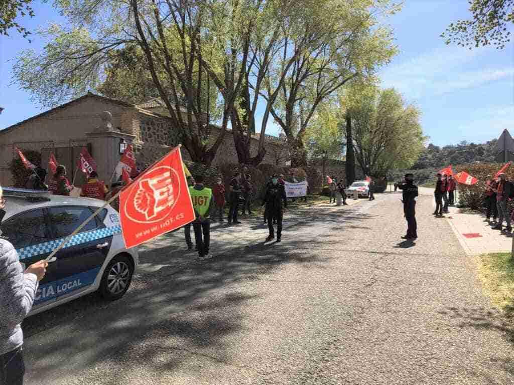 Treinta delegados y delegadas del Sector Postal de CCOO y UGT CLM concentraron frente al presidente de Correos en su paso por Toledo 1