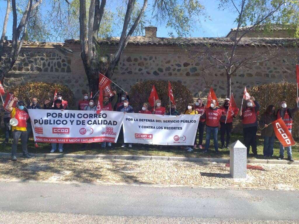 Treinta delegados y delegadas del Sector Postal de CCOO y UGT CLM concentraron frente al presidente de Correos en su paso por Toledo 2