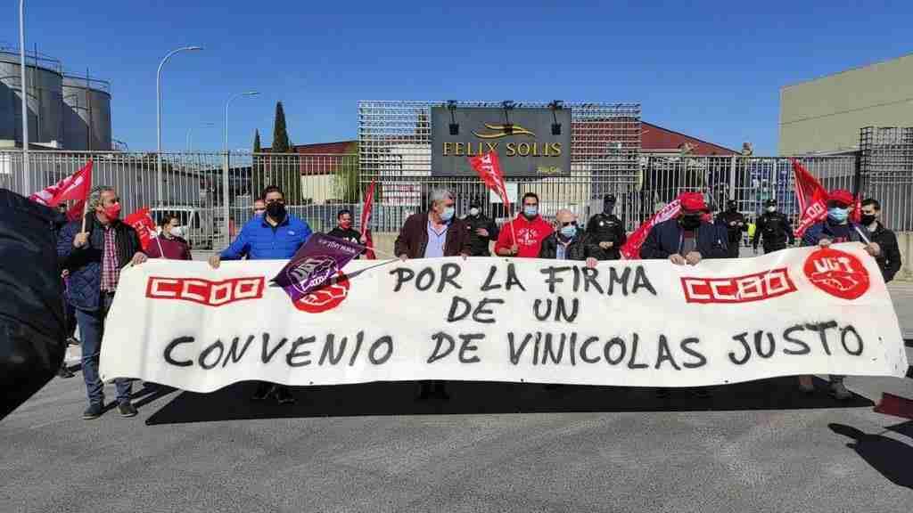 Un centenar de delegados de UGT y CCOO marchan en Valdepeñas por el desbloqueo del convenio de Vinícolas de Ciudad Real 1