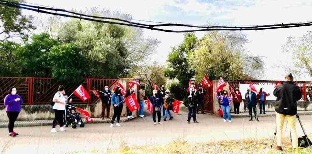 La primera jornada de huelga indefinida es secundada por todas las limpiadoras del Parque Nacional de Cabañeros pero está en suspenso hasta después de Semana Santa 1