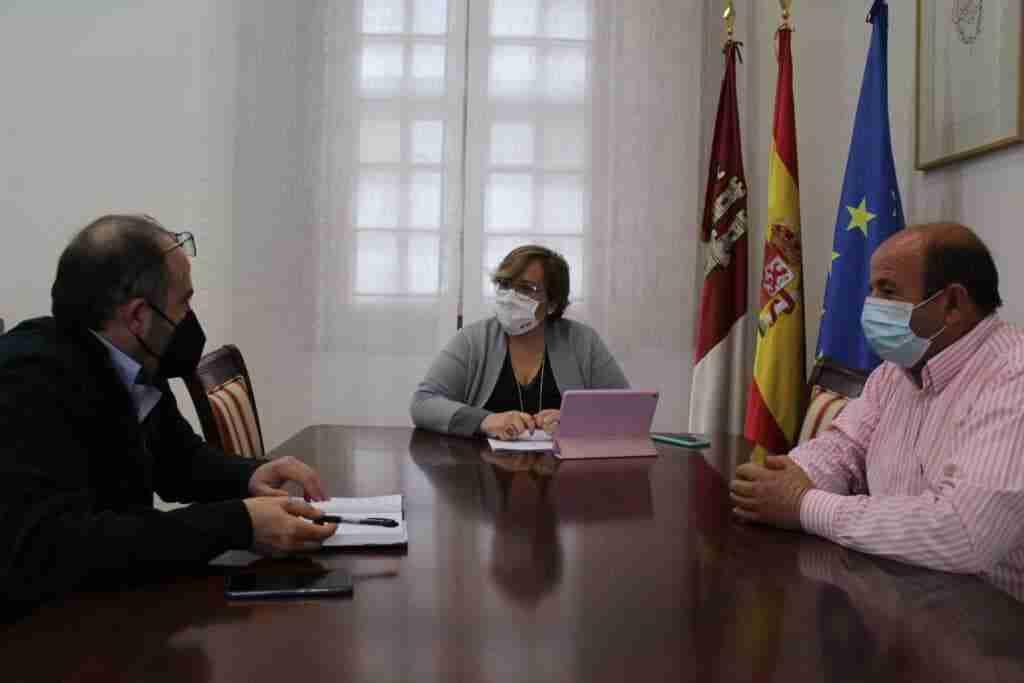 Bienestar Social, Educación y obras de adaptación del Ayuntamiento centran el encuentro entre el alcalde de Saceruela y el Gobierno regional 1