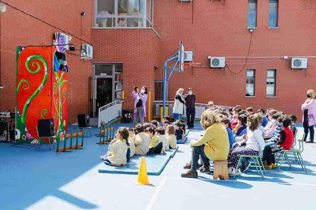 Almodóvar del Campo lleva teatro de guiñol a los patios escolares para disfrute del alumnado 1