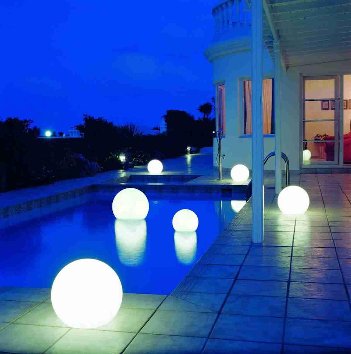 Luces solares para iluminar los espacios exteriores 30