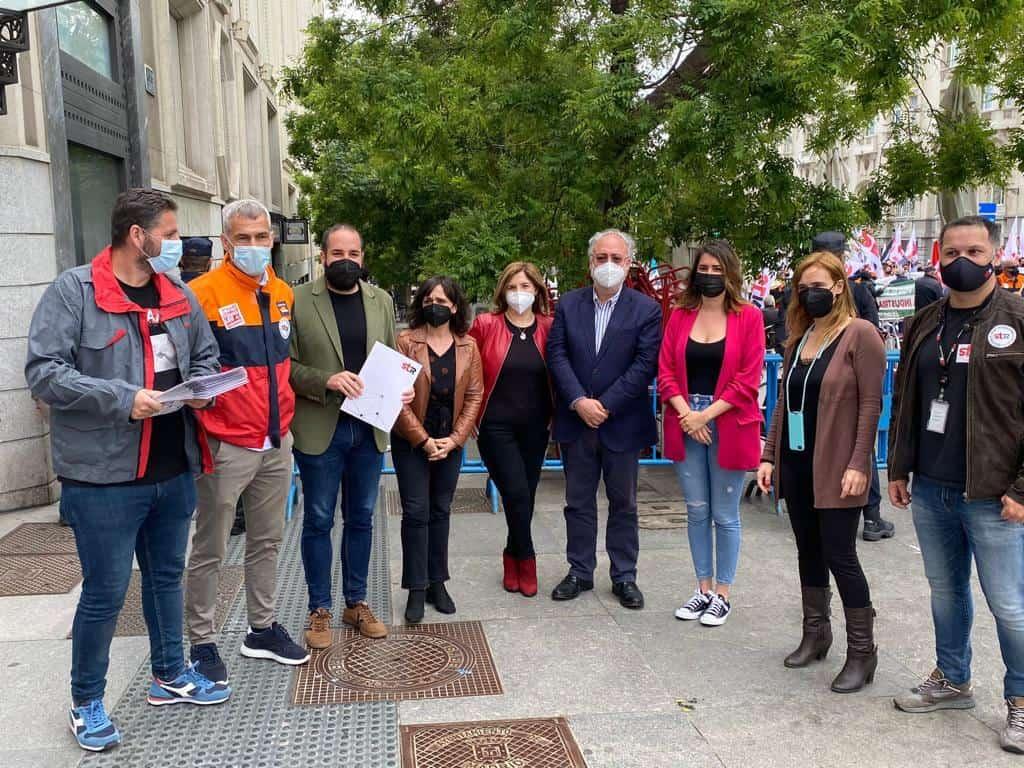 Los diputados nacionales del PSOE, Miguel González y Cristina López, se reúnen con trabajadores de STR en la concentración por el ERTE de REPSOL 1