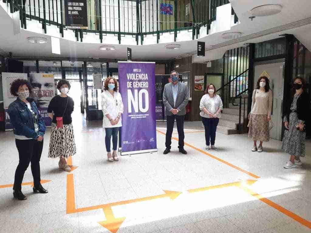 La subdelegada del Gobierno inauguró la exposición 'No más violencia' en el IES Torreón del Alcázar 5