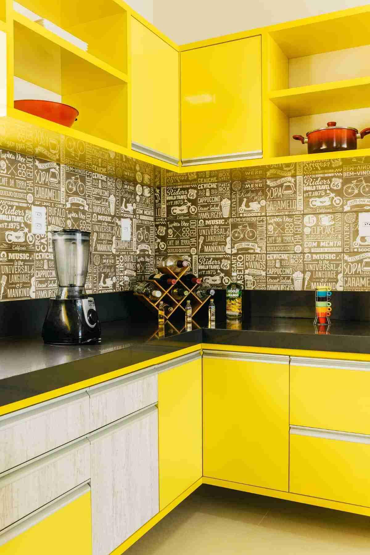 cocina en amarillo intenso