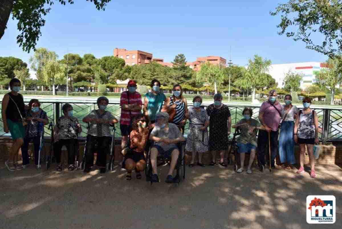 adultos mayores visitan parque el pilar