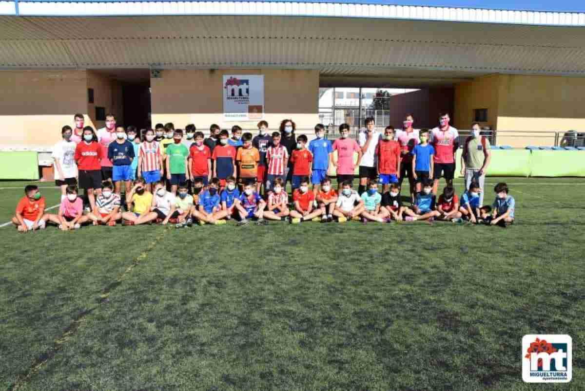 alcaldesa miguelturra visito clinic de verano de futbol
