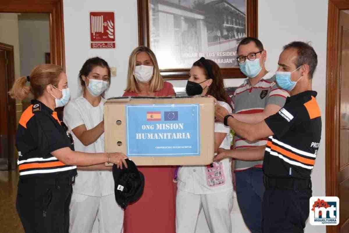 voluntarios de proteccion civil miguelturra donan 200 botes gel