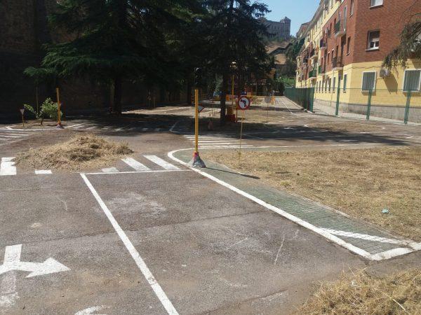 Limpieza parque escolar tráfico 08