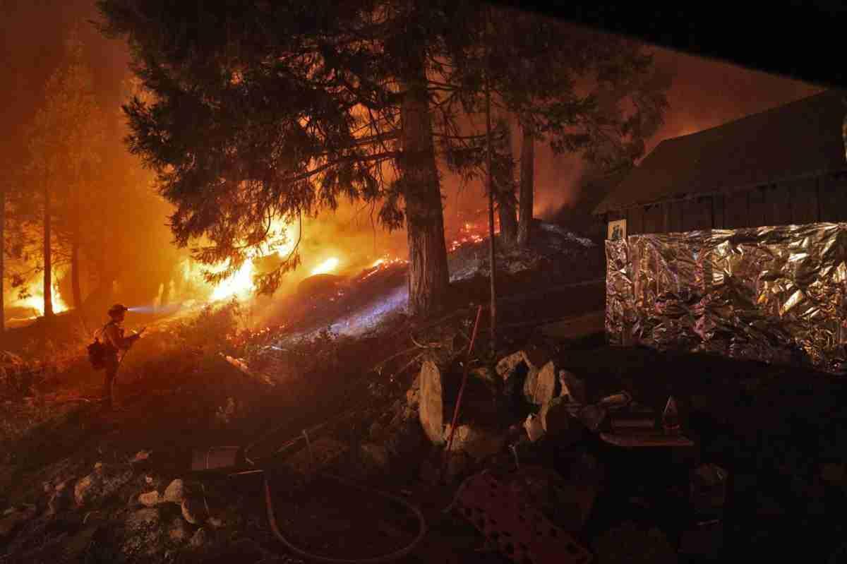 Salva su casa de un incendio forestal tras envolverla en papel de aluminio 6