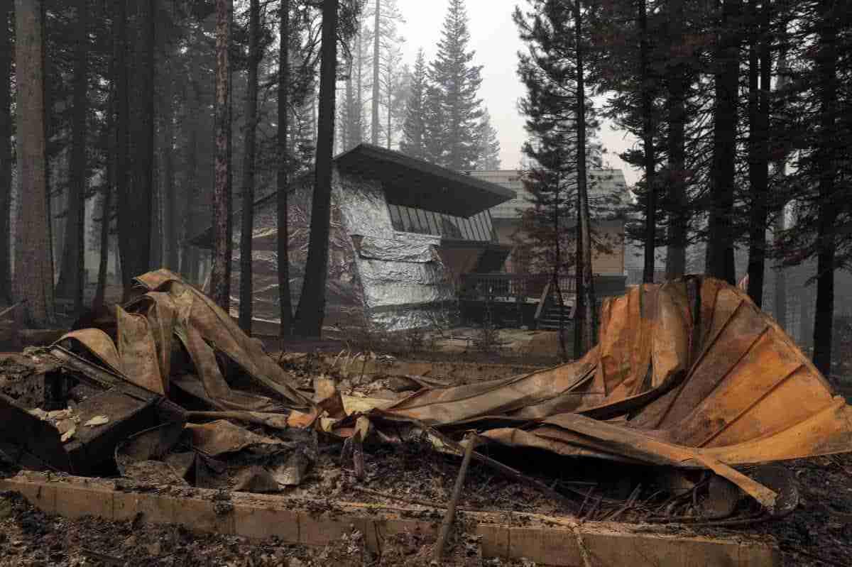 Salva su casa de un incendio forestal tras envolverla en papel de aluminio 5